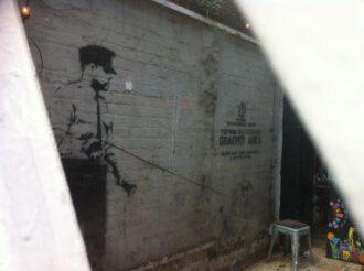 Hinterm Eisentor: Bansky an der Wand im Cargo