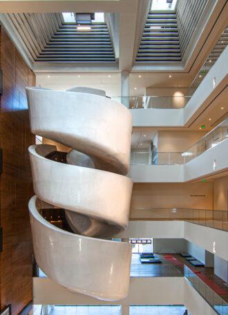 Futuristische spiralförmige Treppe im Museum für amerikanisches Kunst- und Handwerk