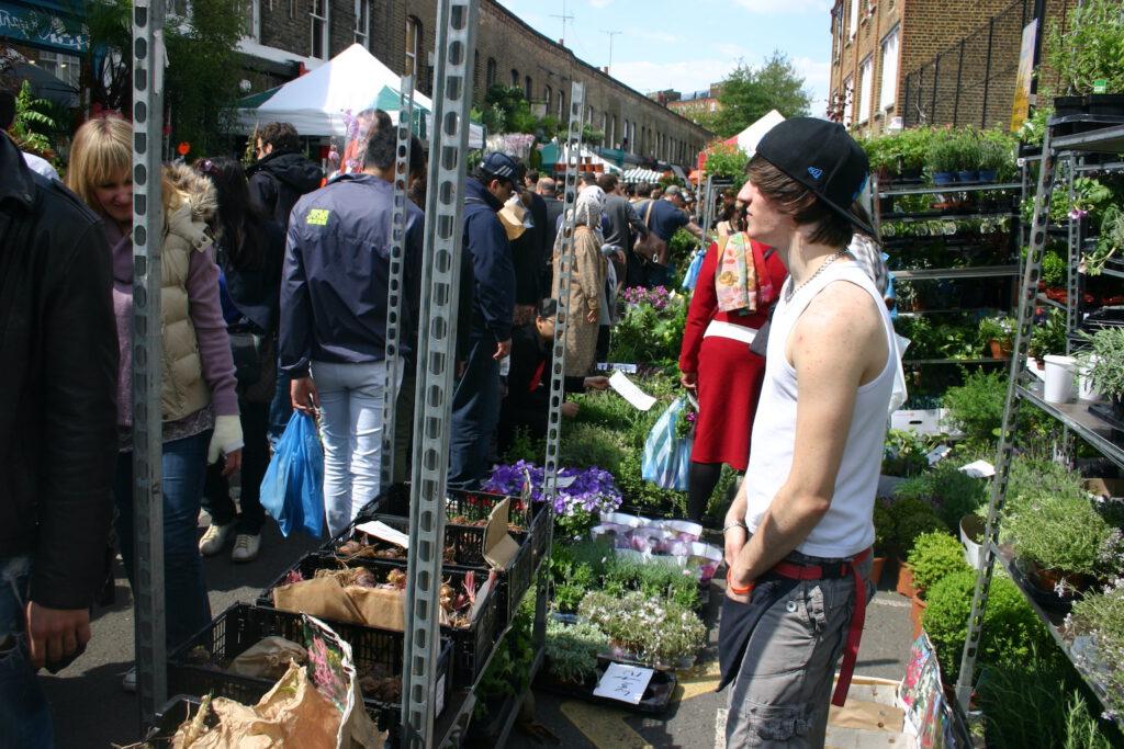 Auch Londoner, denen die Portobello-Road in Nottinghill längst zu touristisch geworden ist, mischen sich unter muslimischen Frauen mit Kopftuch, drängen sich sonntags durch das Bio-Blumen-Meer und stauen sich vor Marktständen.