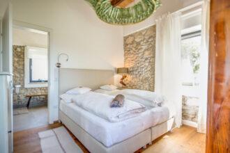 Direkt auf der Südsteirischen Weinstraße liegt die Anlage Ciringa Menhard und bietet sechs wunderschöne Chalets und zwei verspielte Suiten.